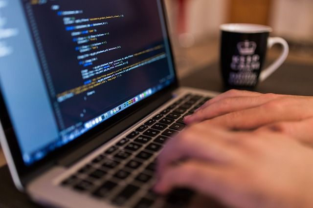 programista cnc pracujący jako freelancer